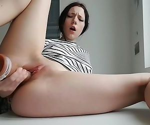 Watch this creamy pussy squirt